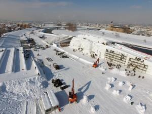 大雪像右から(奥に見える橋は『新橋』)